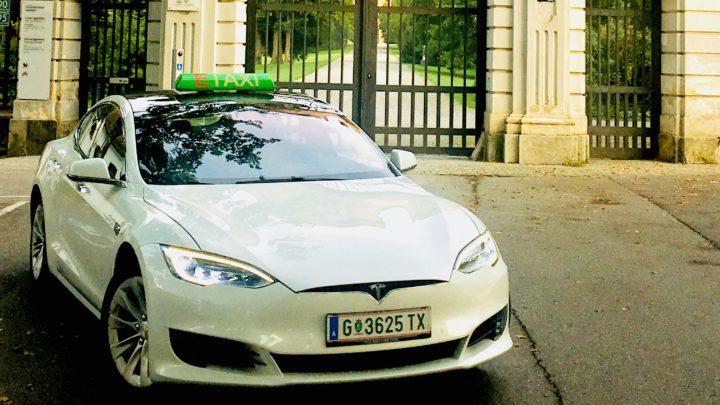E-Taxi vor dem Schloss Eggenberg
